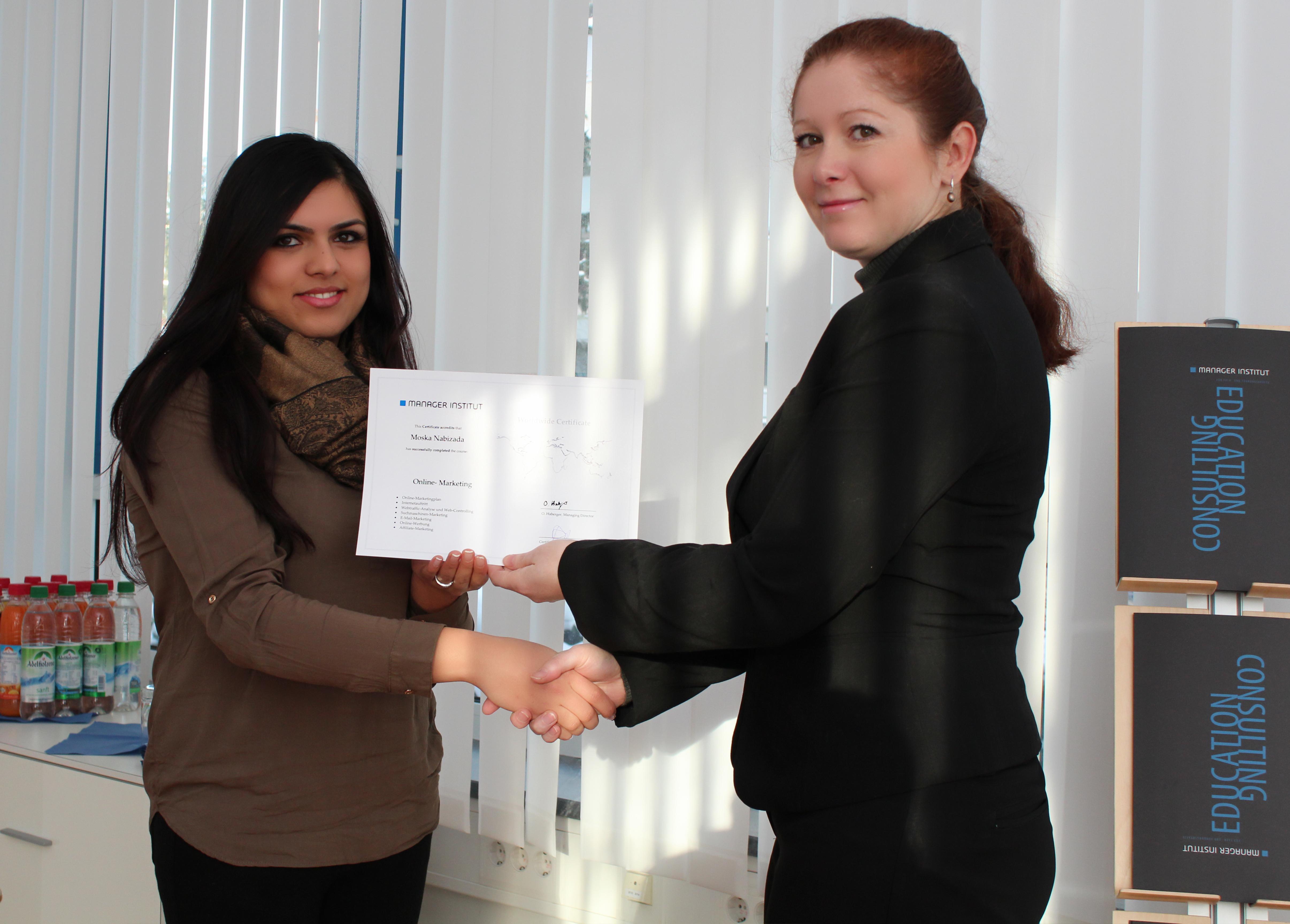 Frau Nabiza erhält wohlverdient ihr Abschlusszertifikat
