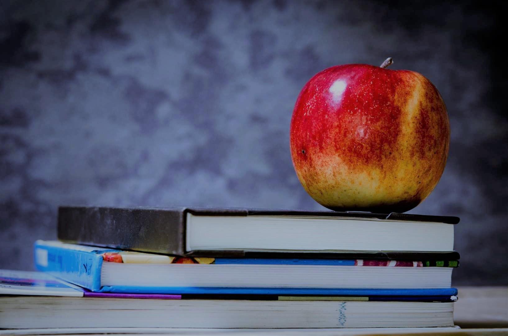 Apfel auf Buechern